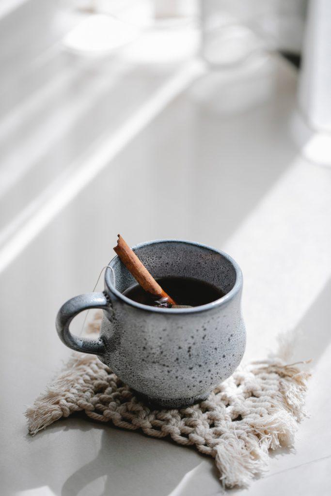 Symboliser le blog de charlène verrier avec une photographie d'une tasse de th