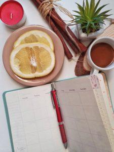Photographie d'un agenda sur une table pour montrer l'organisation nécessaire pour le tarif freelance / freelance rate